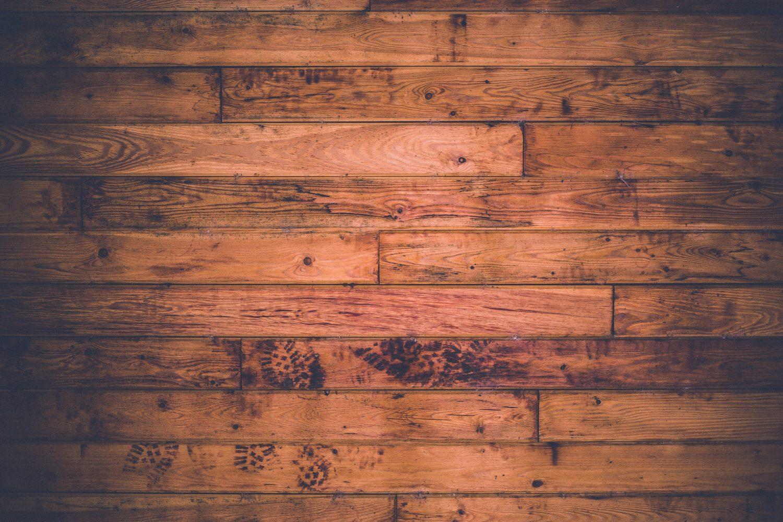 Jakie drzwi najlepiej pasują do płytek drewnopodobnych?